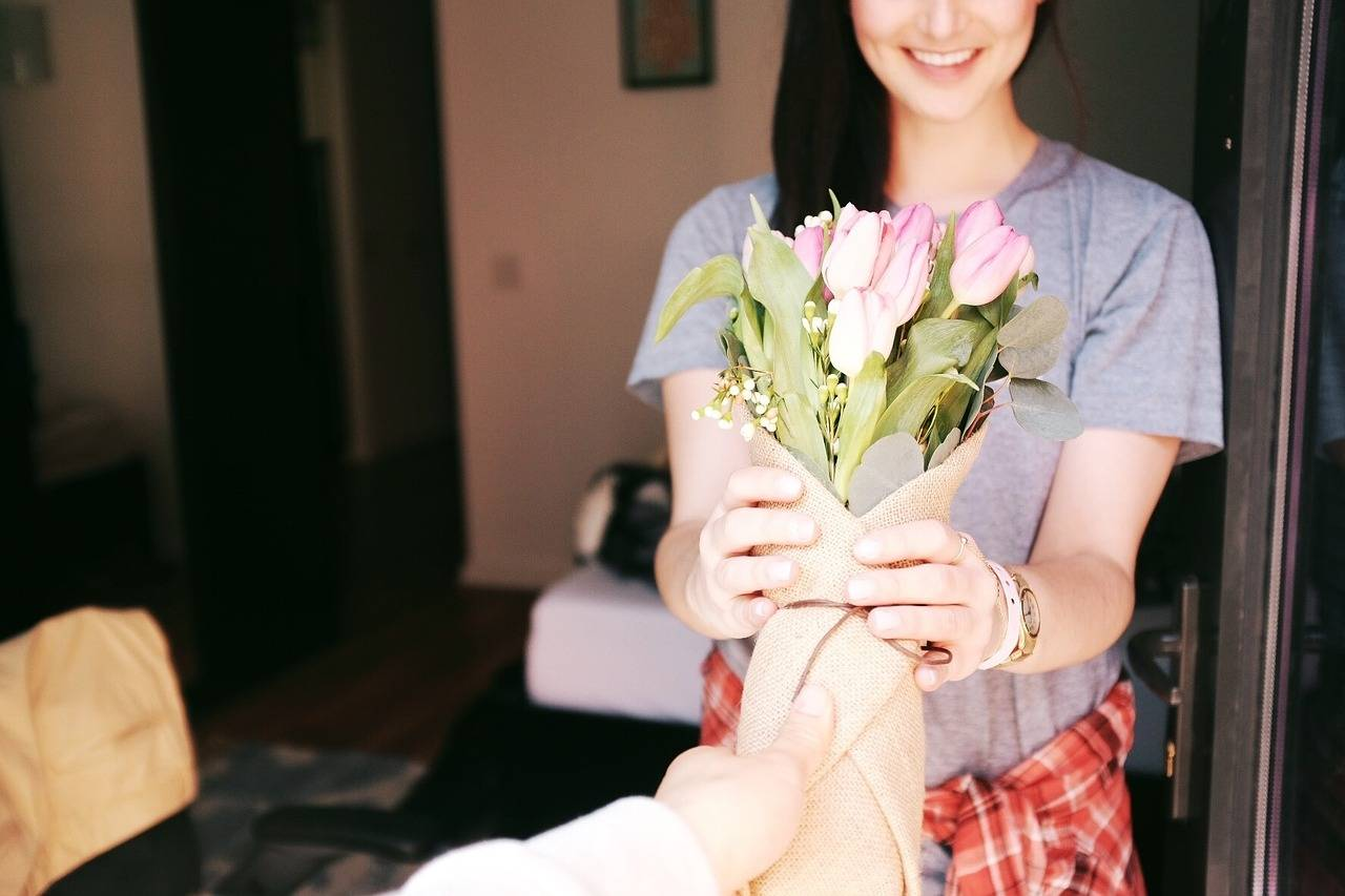 Romantic Gestures: How to Behave in a Romantic Relationship