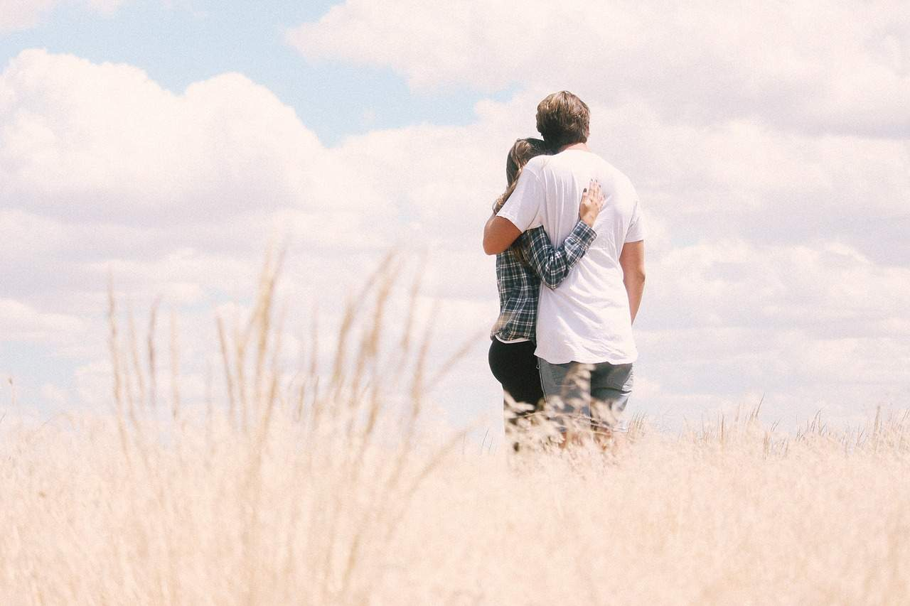 Romantic Hugs or Friendly? This is how to differentiate.
